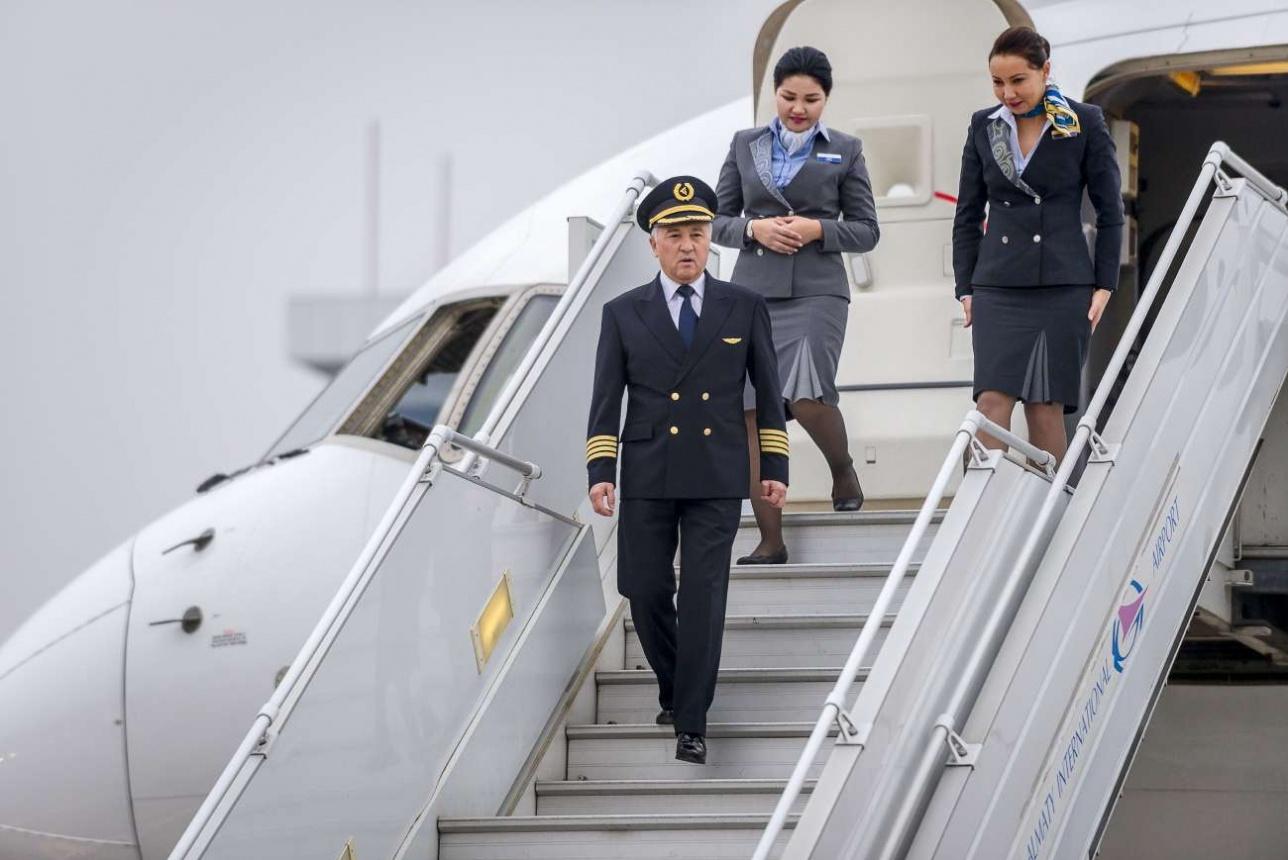 Ербол Оспанов, вице-президент Air Astana выходит из самолета после посадки на обновленную полосу