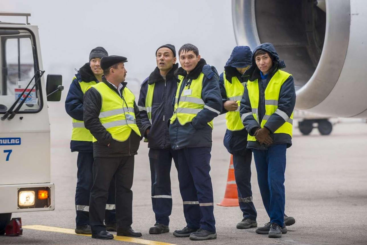 Персонал аэропорта с интересом наблюдал за происходящим