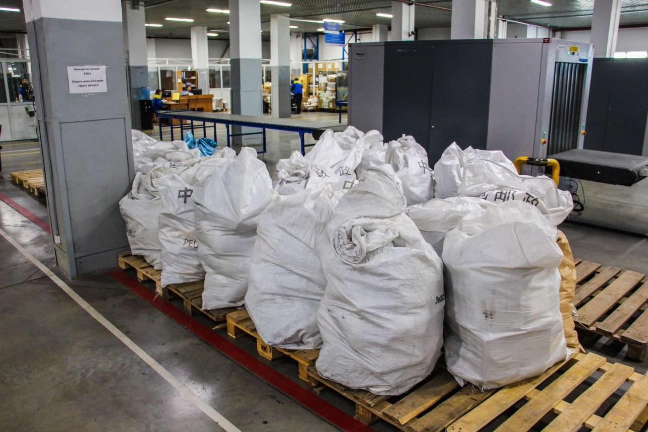 Посылки доставляются на стойки регистрации в общих мешках