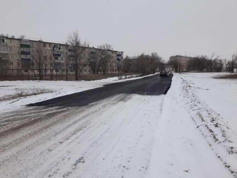 Асфальт в Уральске уложили в снег