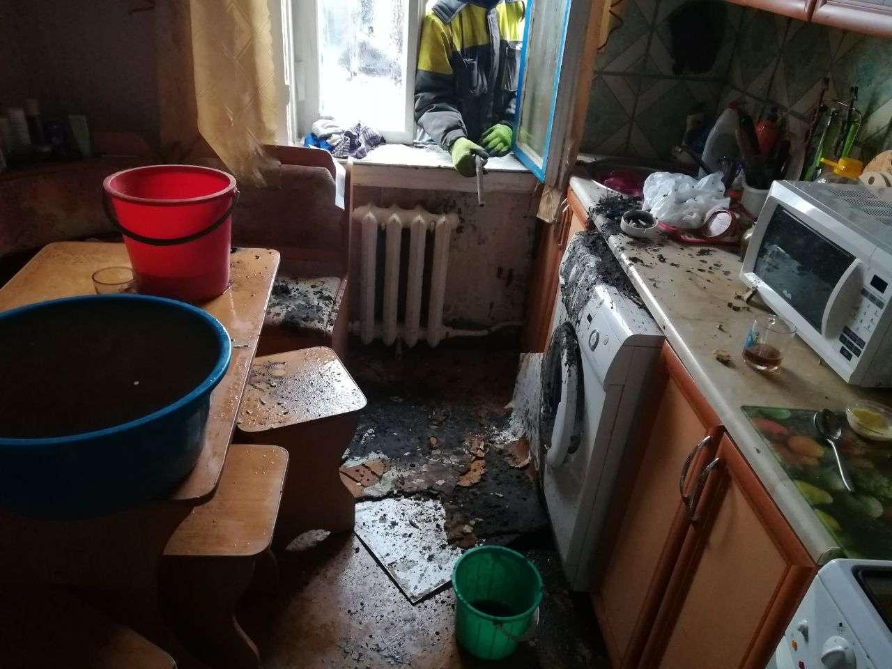 Из дырки в потолке почти два часа бежала вода