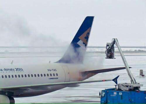 Самолёт Air Astana, выкатившийся за пределы влётной полосы