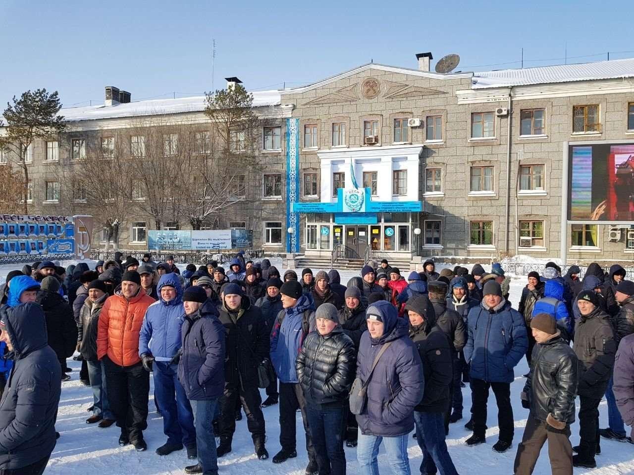 "около 200 шахтёров ""Арселор Миттал Темиртау"" отказались покинуть шахты"