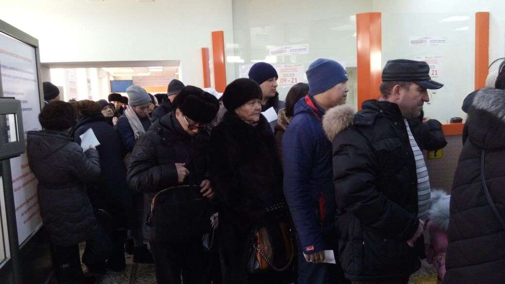 Люди в аптеке Астаны стоят в очередях за лекарствами
