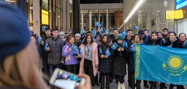 Сотни молодых людей встретили победителей