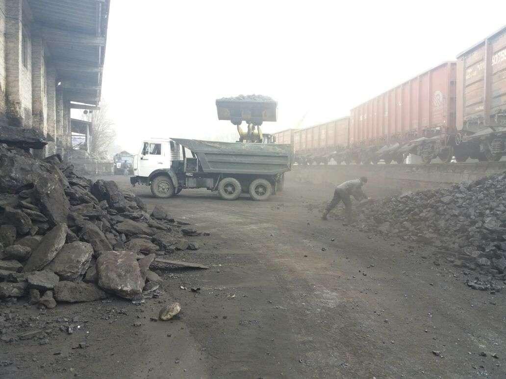 Водители грузовиков начинают собираться около оптовых баз с раннего утра в ожидании поставки