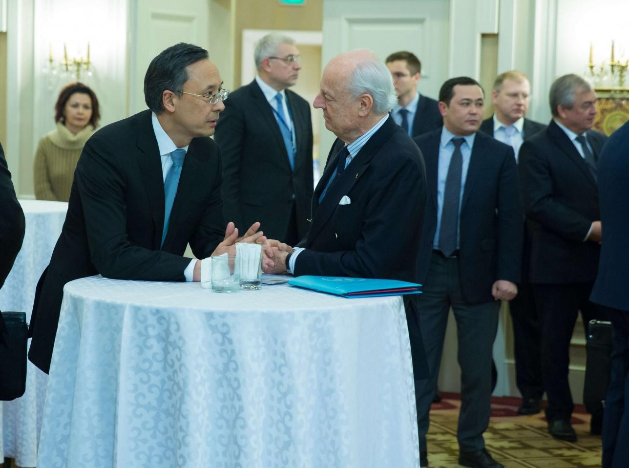 Кайрат Абдрахманов (справа)