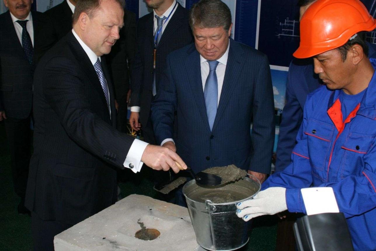 Аким Алматы Ахметжан Есимов во время посещения предприятия