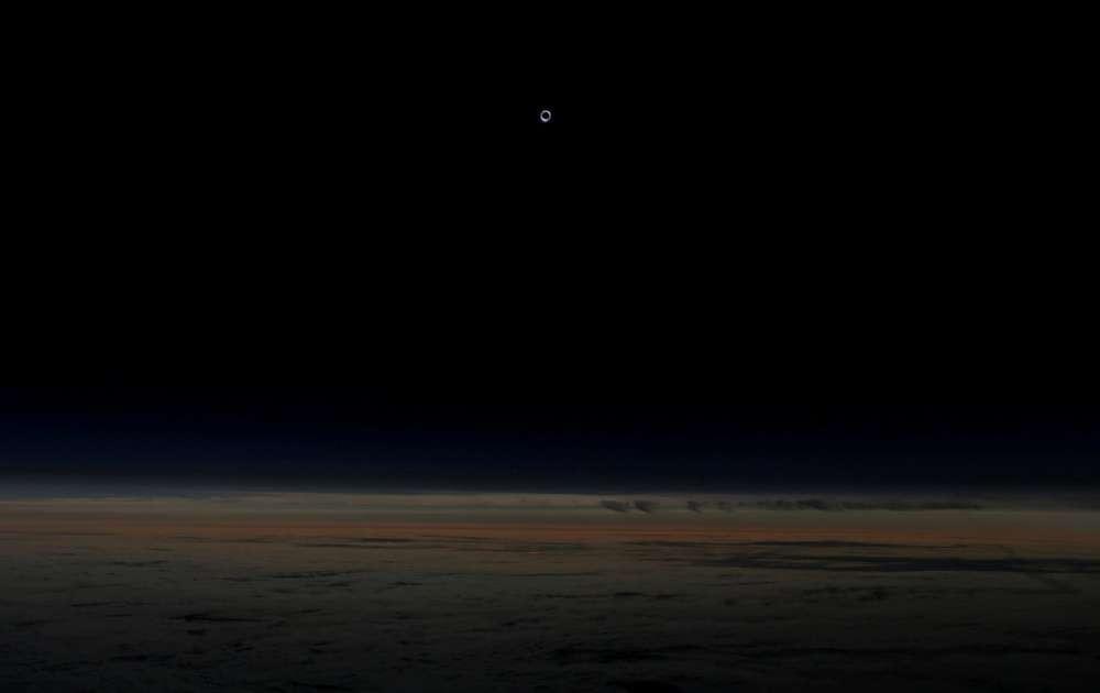 Солнце, полностью закрытое луной во время затмения. Снимок сделан на высоте более 12 км с самолета авиакомпании Alaska Airlines