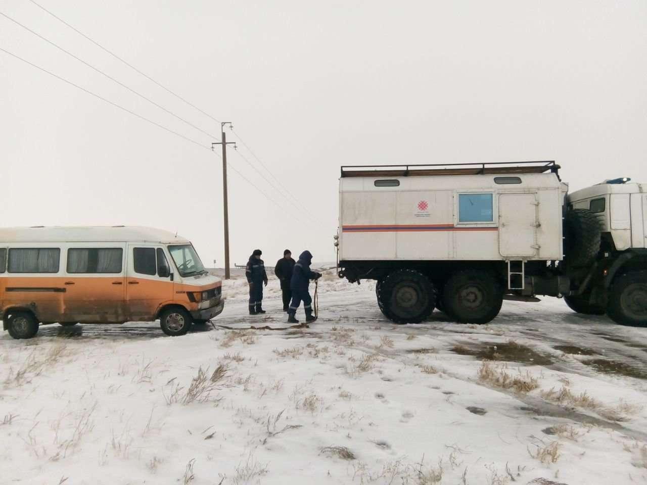 Спасатели оказывают помощь пассажирам автомобилей, оказавшихся в заторе