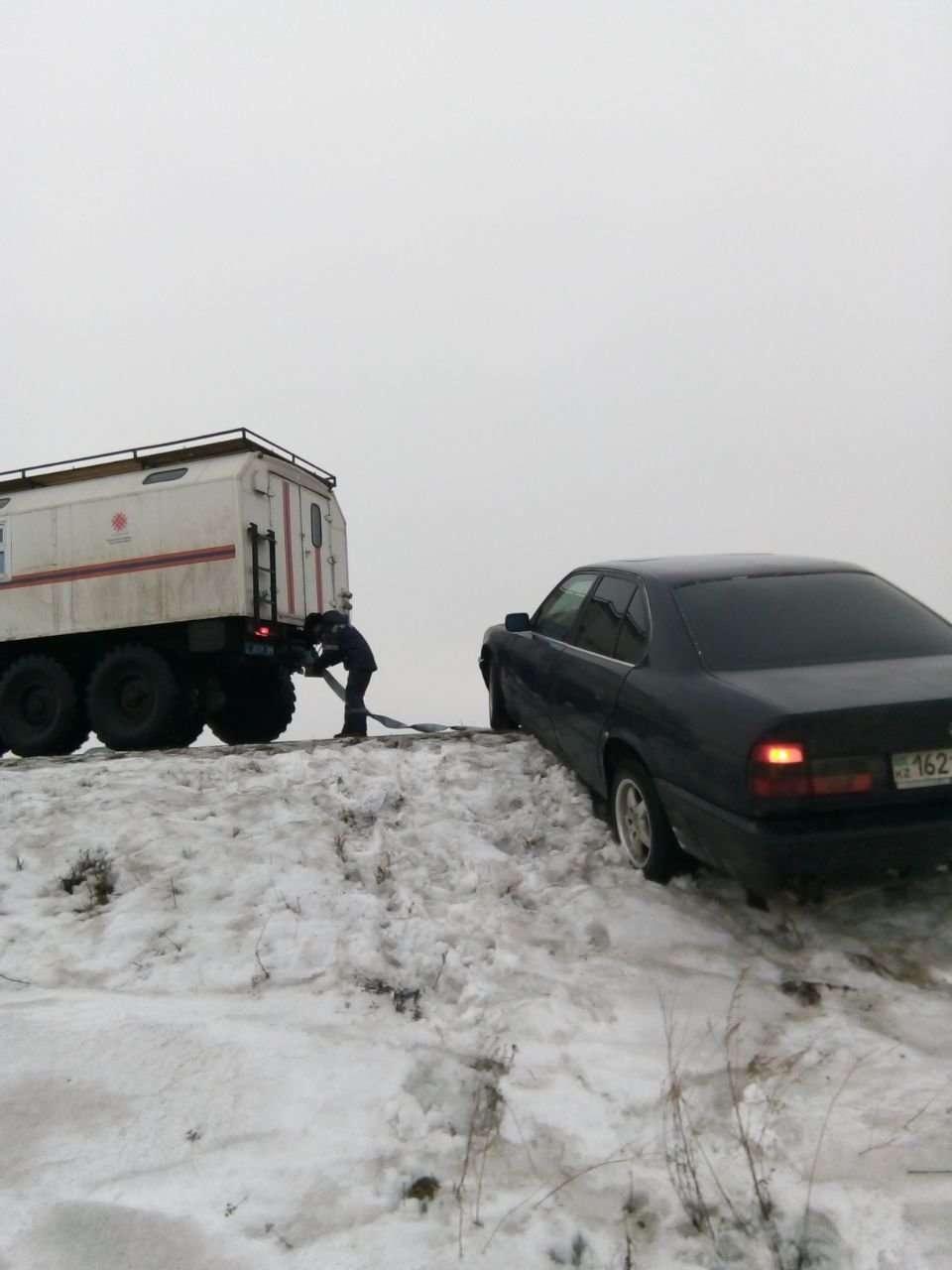 Из-за гололедицы на трассе в Карагандинской области образовался затор