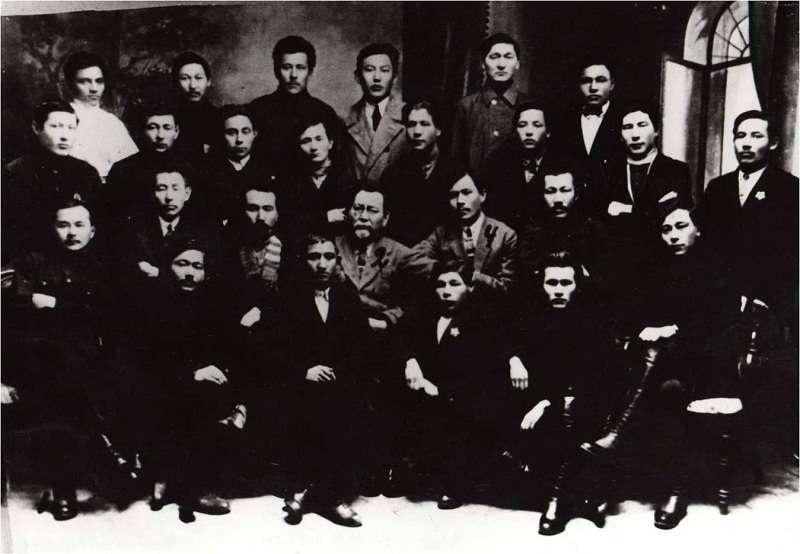 М.Дулатов и А.Байтурсынов с деятелями партии «Алаш»