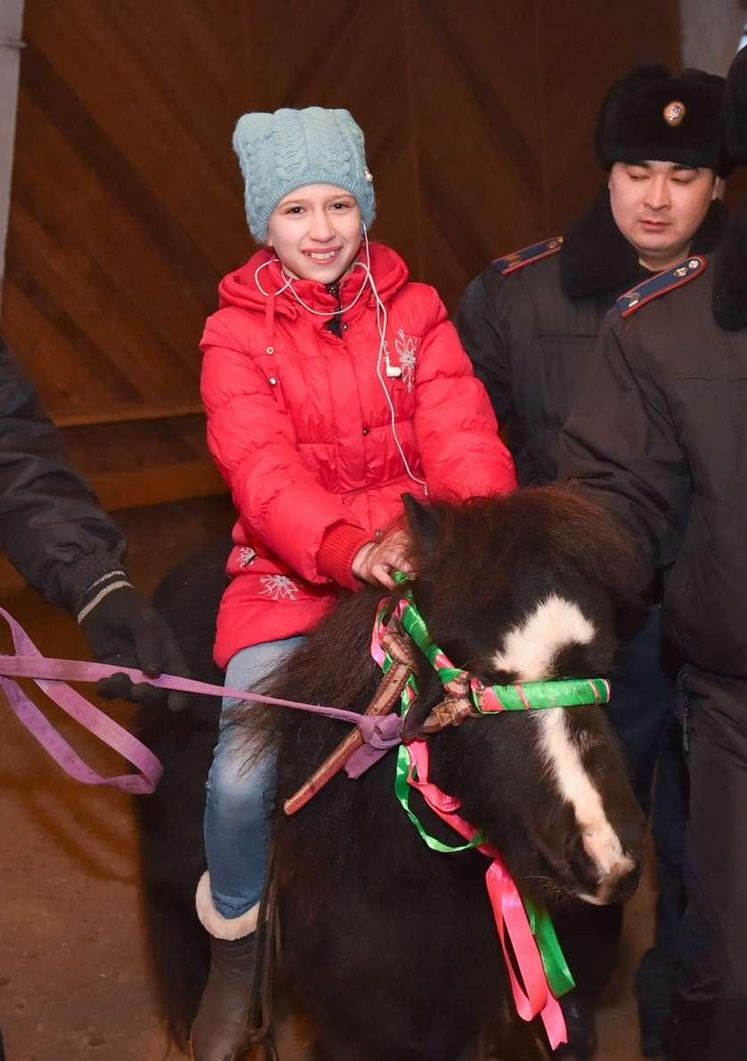 Кумар Аксакалов подарил детям пони