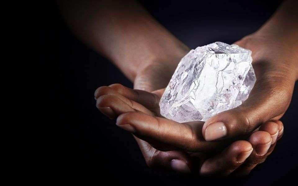 Миллиардтаған жылдар бойы жердің төменгі тереңдіктерінде сұйық күйдегі алмаздар жанартаулардың атқылаған кезде жер бетіне шыққан