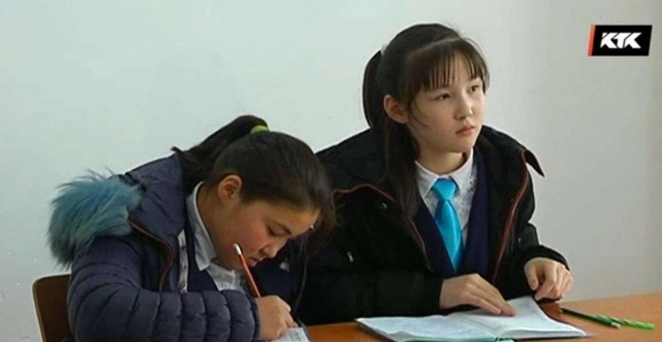 Уже две недели, как детям разрешили сидеть на уроках в куртках.