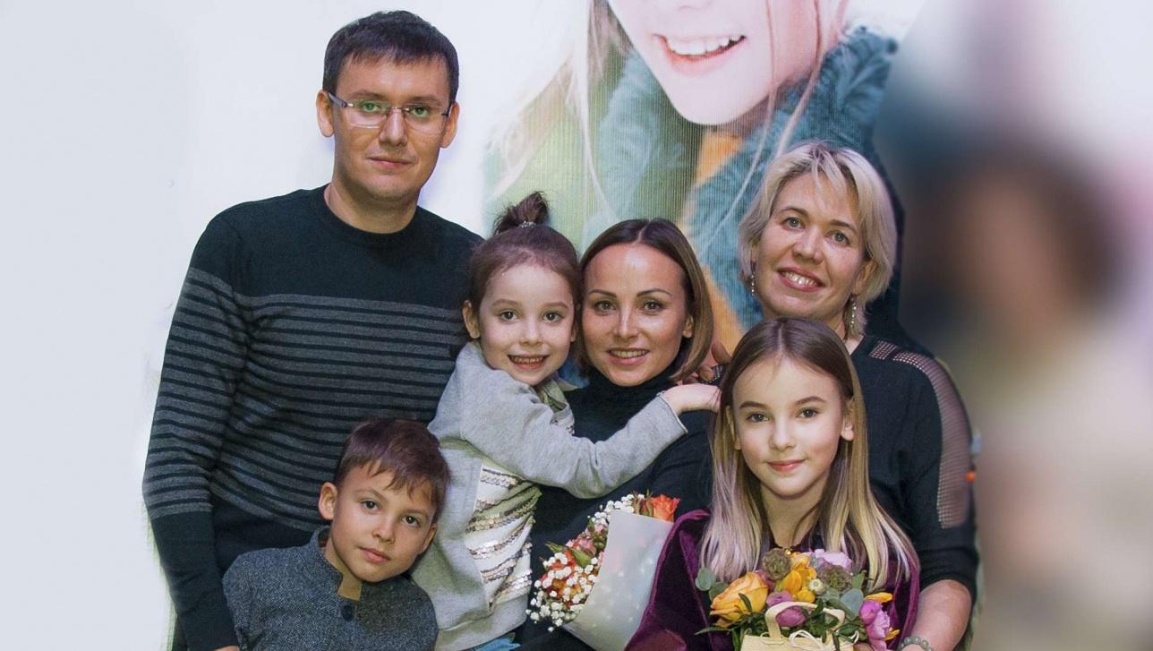 Данэлия с родителями, братом Тимуром, сестрой Амели и педагогом Натальей Чураковой