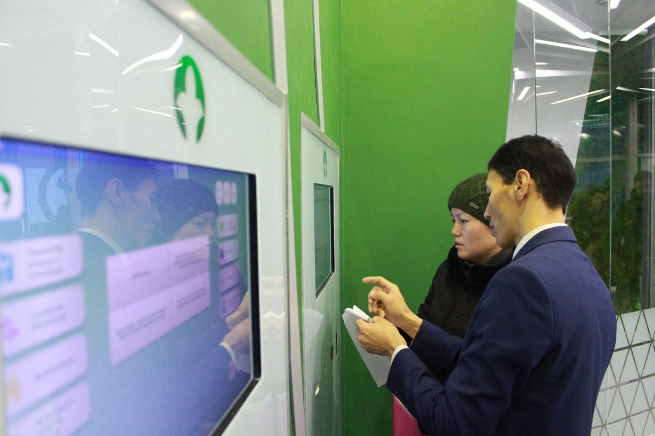 Консультант помогает посетителю Digital ЦОНа