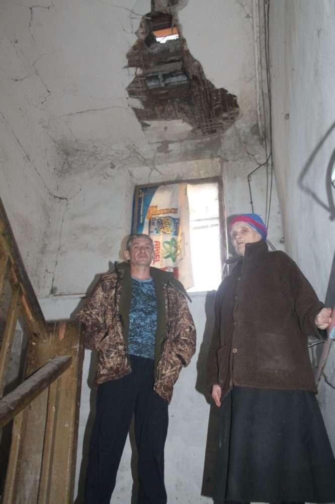 Жильцы боятся, что вслед за штукатуркой обрушится крыша