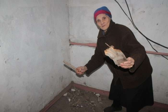 Лидию Жаркову едва не придавило огромным куском штукатурки