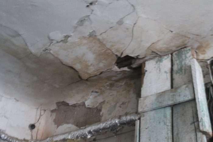 Жильцы пытаются ремонтировать крышу своими силами