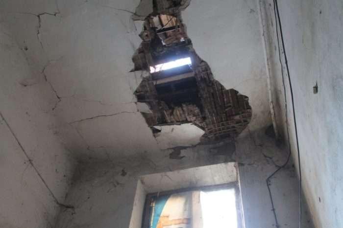 В потолке теперь зияет сквозная дыра