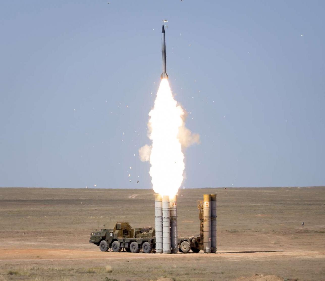 """С-300ПС ведет боевую стрельбу на полигоне """"Сарышаган"""""""