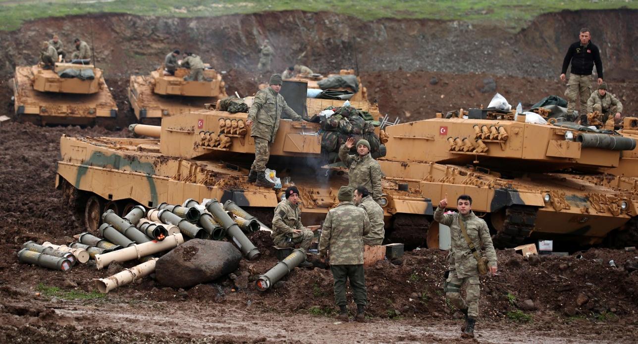 Турецкие солдаты недалеко от сирийской границы