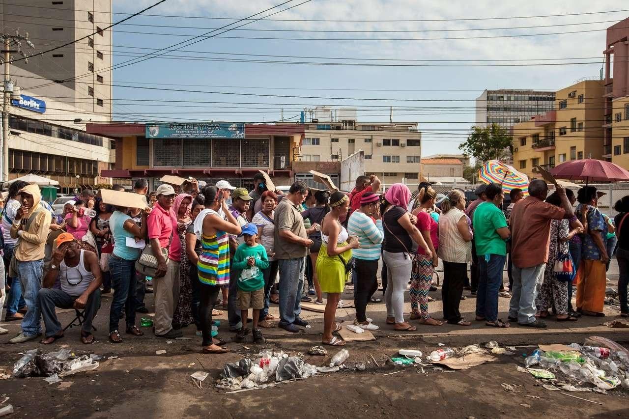 В мире остаётся очень мало стран, которые не переживали экономический кризис. Очередь за едой в Венесуэле