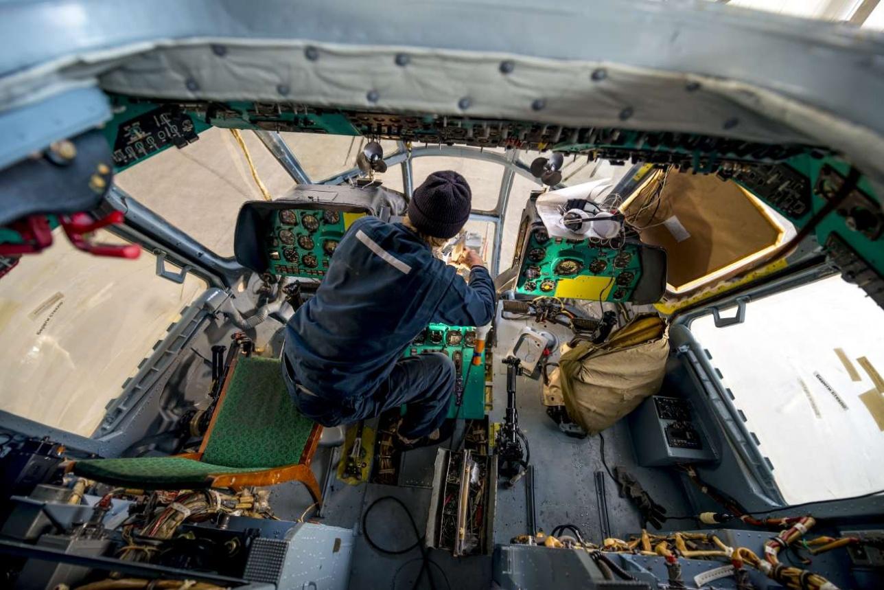 Работа с оборудованием пилотской кабины