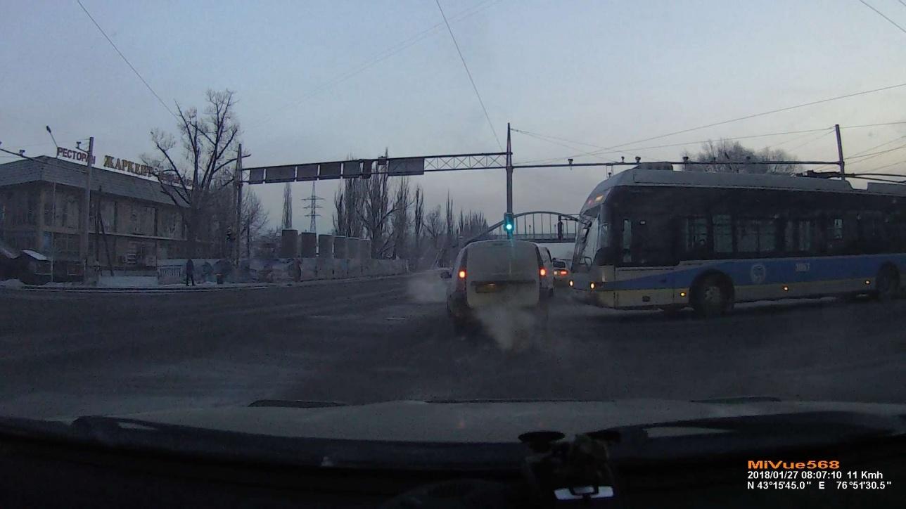 Сломавшийся троллейбус мешал движению на дороге