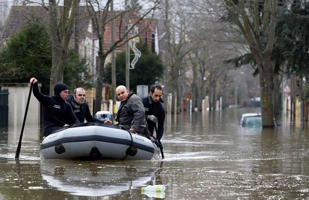 Более тысячи парижан покинули свои дома