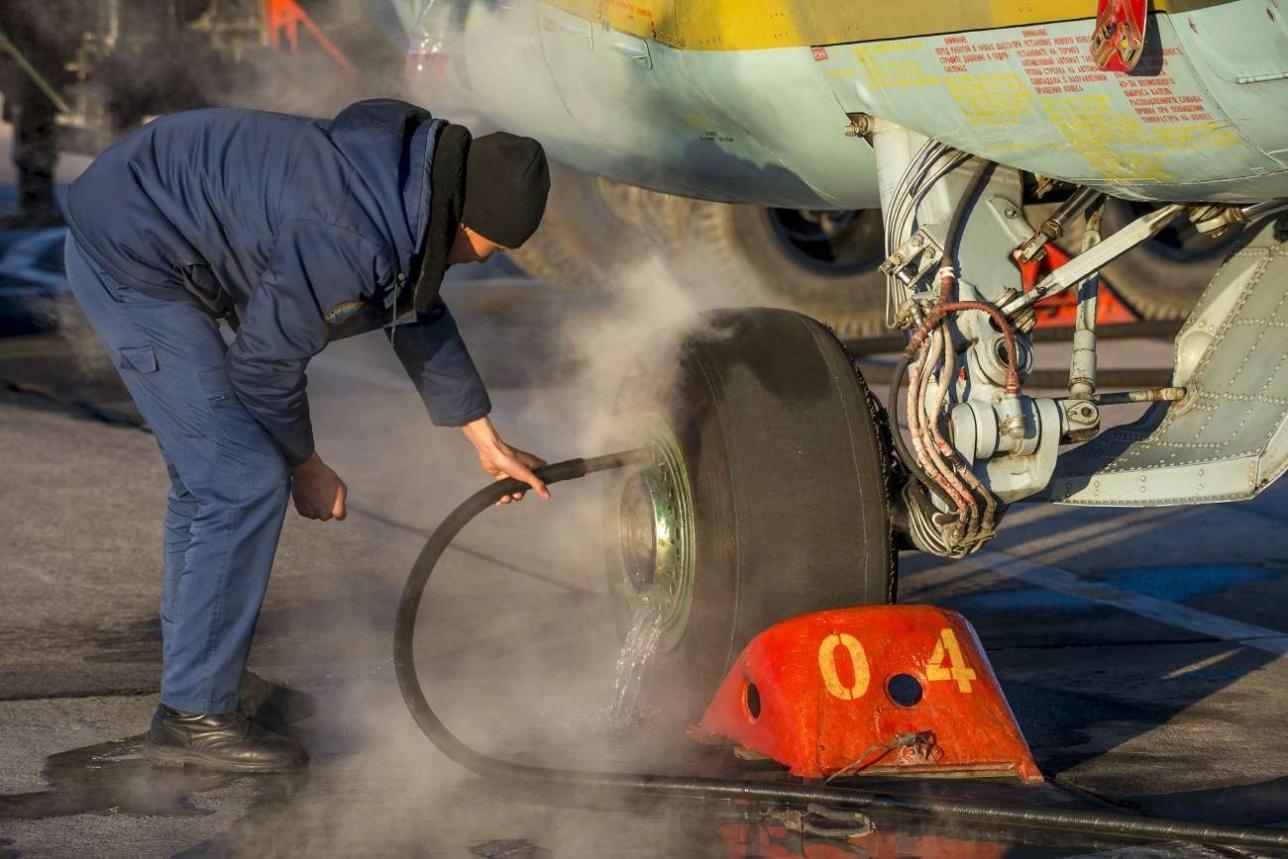 Тормозные колодки основных стоек шасси так сильно перегреваются при посадке, что их необходимо охлаждать водой