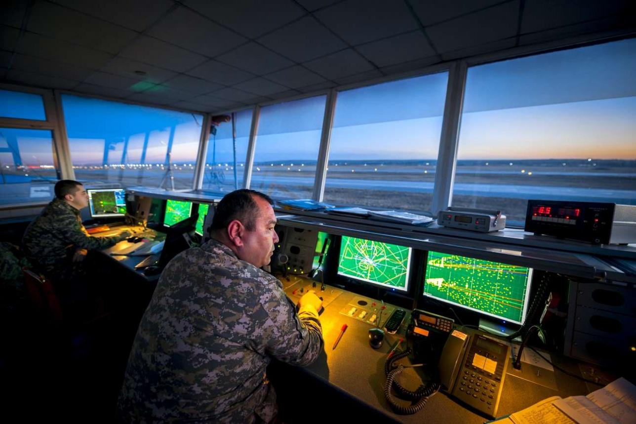 Военные авиадиспетчеры на вечерних полетах