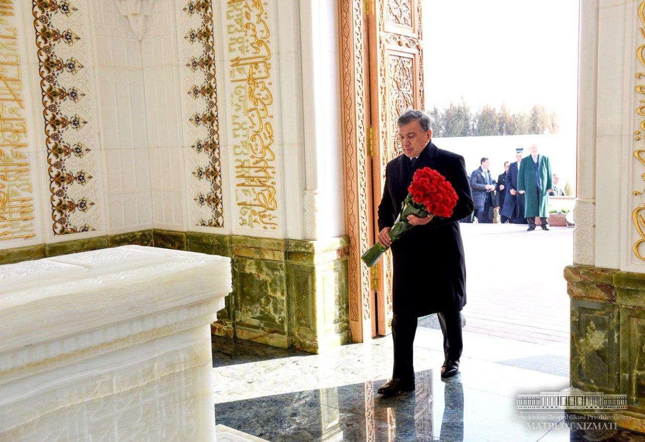 Шавкат Мирзиёев возложил цветы к памятнику первого президента Узбекистана Ислама Каримова