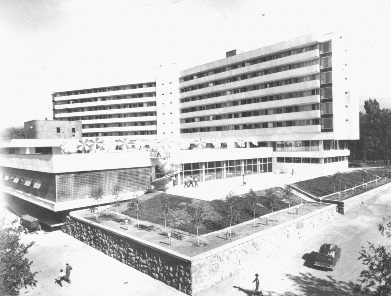 Павильон ресторана «Иссык» и летняя площадка на крыше
