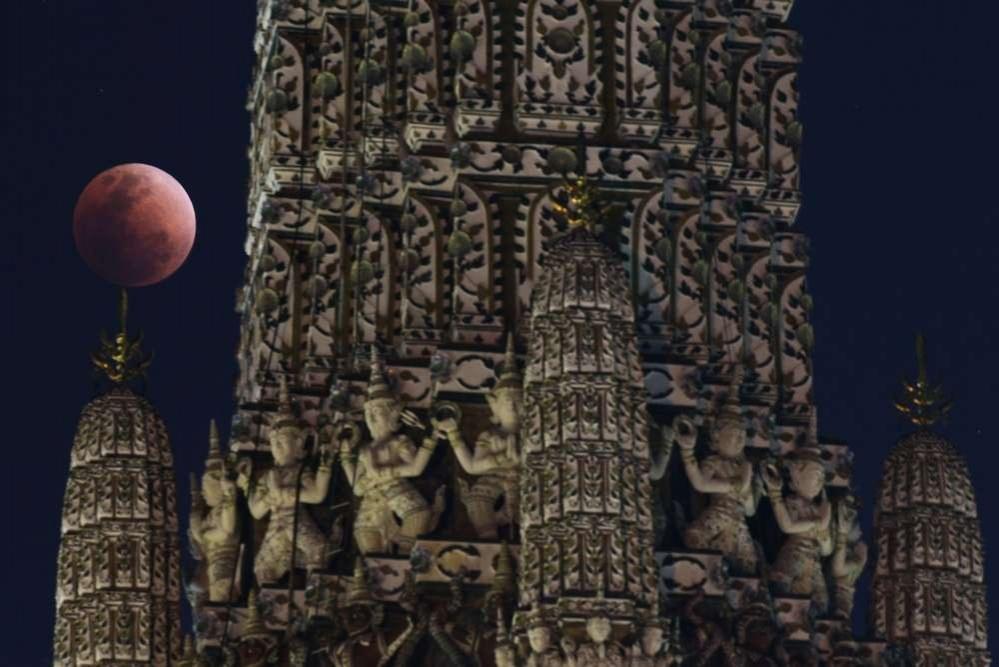 Кровавая супер-Луна над шпилем храма в Бангкоке, Таиланд
