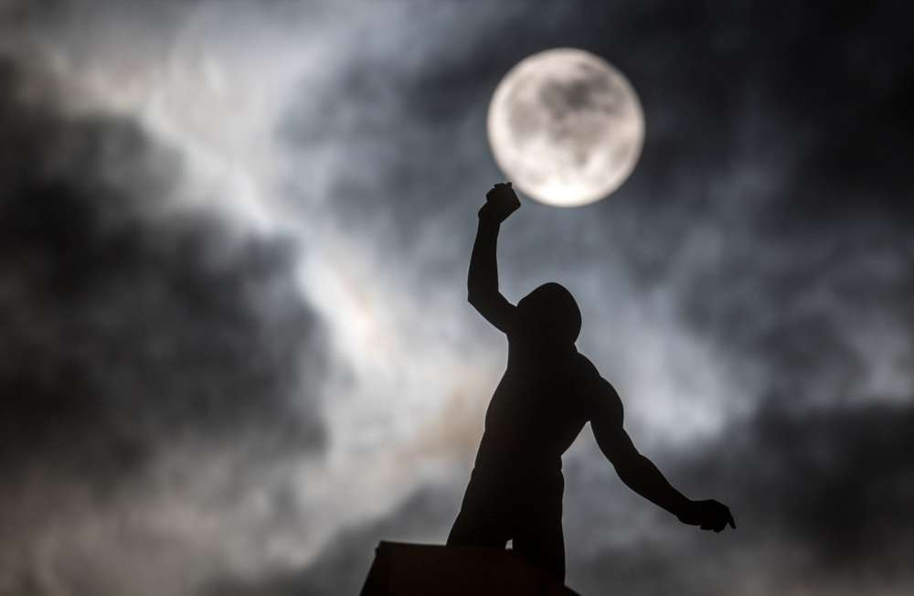 "Полнолуние на фоне скульптуры ""Баланс"" Хубертуса фон дер Гольца в Дармштадте, Германия"