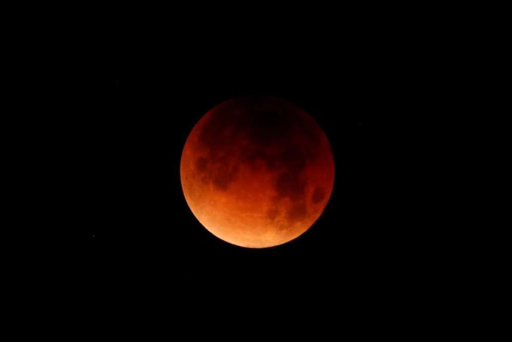 Лунное затмение над океаном, штат Калифорния, США