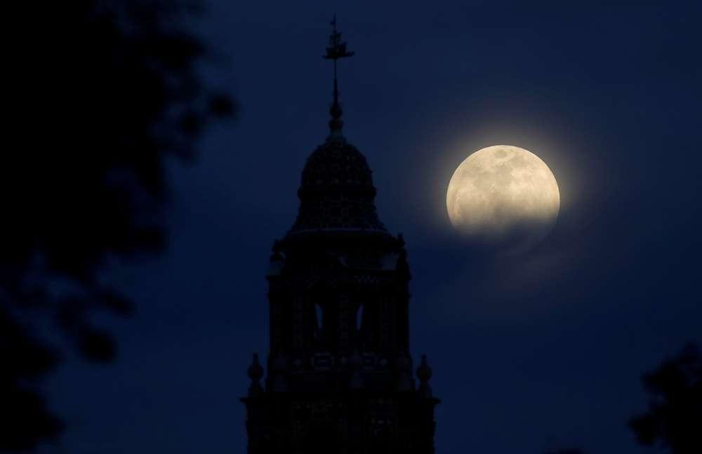 Луна над Калифорнийской башней Бальбоа-парка в Сан-Диего, Калифорния, США
