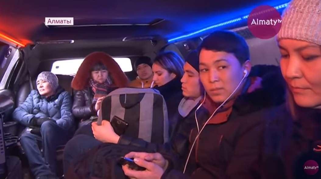 Пассажиры в салоне такси-лимузина