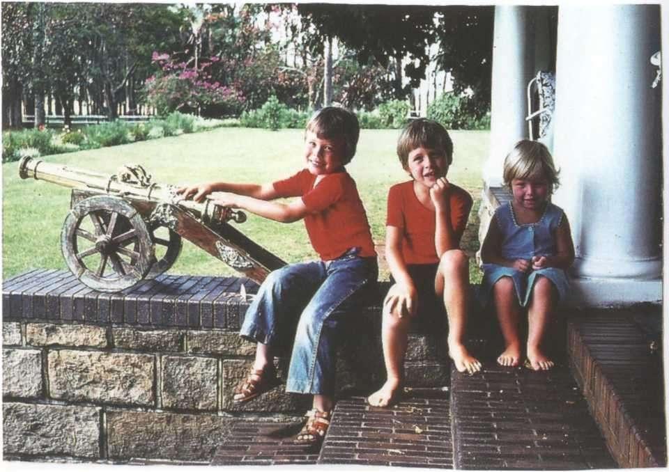 Илона Маска (крайний слева) с детства тянуло к различной технике