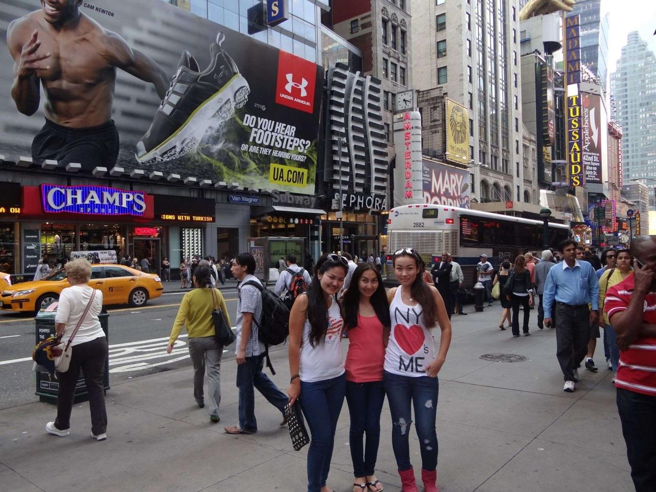Қазақстандық студент қыздар жұмыстан бос уақытта Нью-Йоркте қыдырып жүр