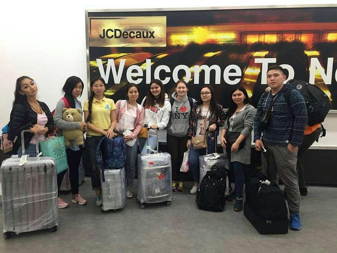 Айнұр қызмет ететін агенттіктің көмегімен Америкаға аттанғалы тұрған қазақстандық студенттер