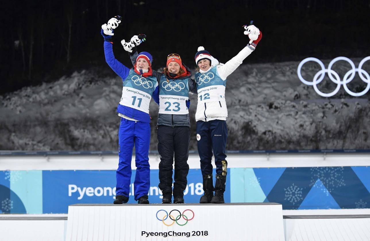Героини Олимпиады в биатлоне: норвежка Марте Олсбу (слева), немка Лаура Дальмайер (в центре) и чешка Вероника Виткова (справа)