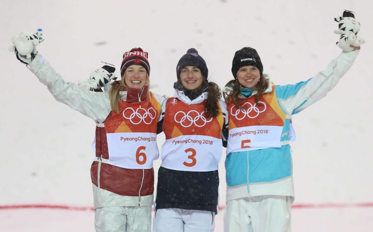Героини Олимпиады в женском могуле: Жюстин Дюфуа-Лапонт (слева), Перрин Лафон (в центре) и Юлия Галышева (слева)