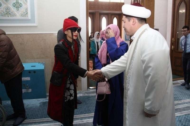 Во время визита в ВКО голливудские актёры посетили мечеть