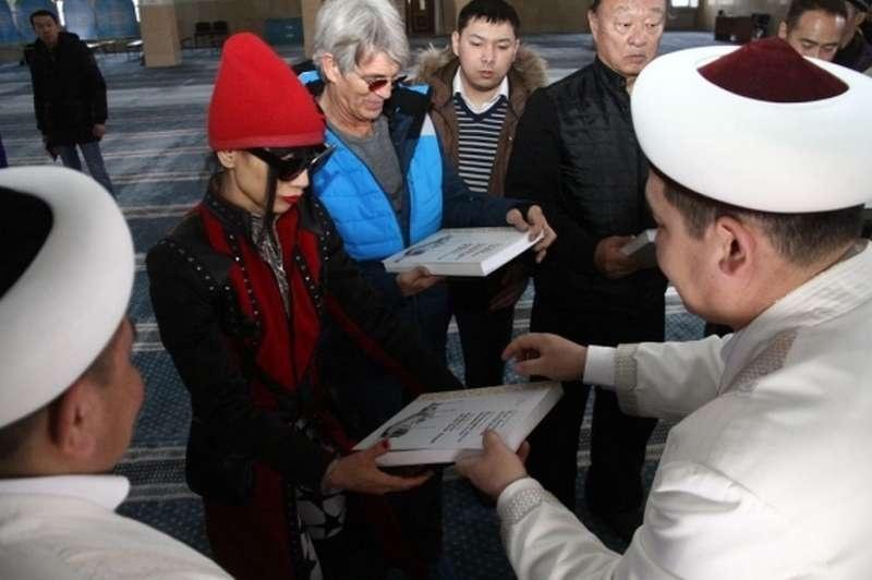 Гостям вручили книги о развитии ислама в Казахстана