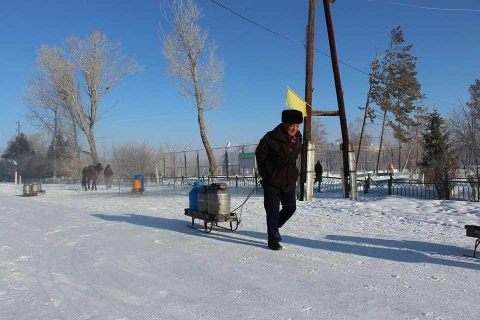 Қақпақ ауылының тұрғындары су тасып жүр /