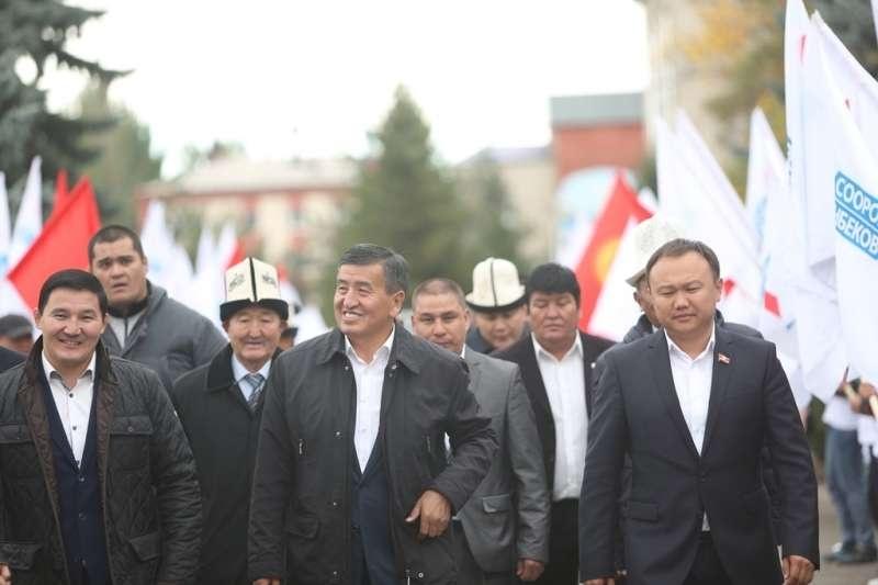 Дамирбек Асылбек уулу - крайний слева, В центре президент Кыргызской Республикии Сооронбай Жээнбеков