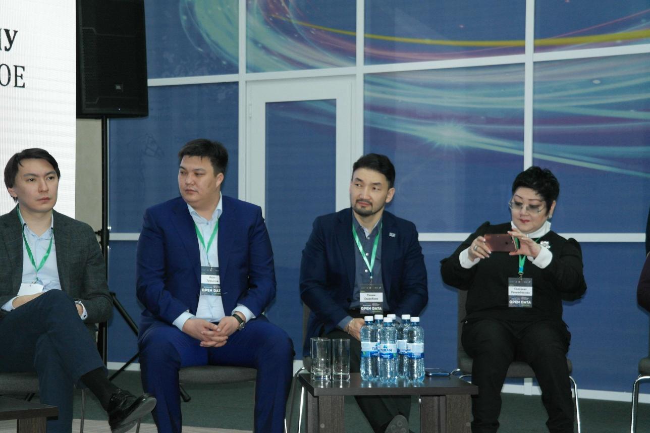 Рахим Ошакбаев (третий слева) принял участие в дискуссии